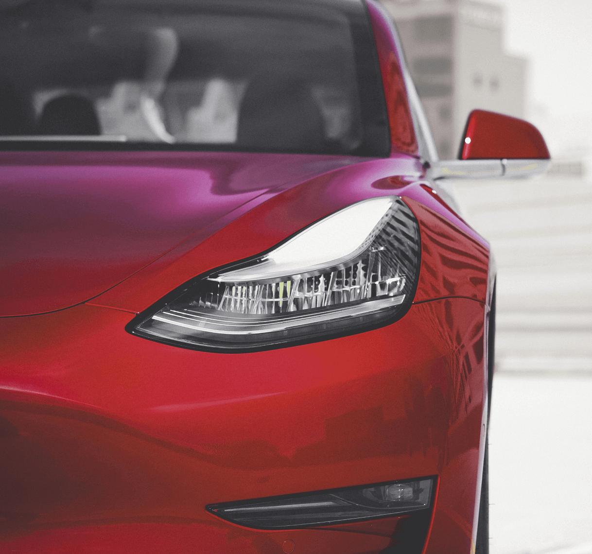 Devant d'une voiture rouge Tesla