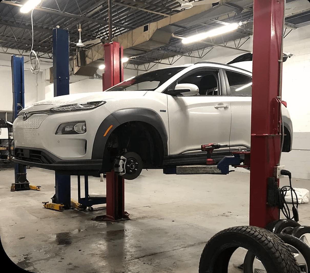 véhicule électrique blanc dans un garage à Montréal
